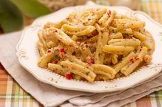 CASARECCE AU PESTO SICILIEN (500 g de tomates, 1 bouquet de basilic, 100 g de parmesan, 2 gousses d'ail, 1/2 verre d'huile d'olive, 50 g de pignons, 150 g de ricotta, sel/poivre, 400 g de pâtes Casarecce)