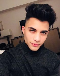 La imagen puede contener: 1 persona, selfie, primer plano e interior Erik Brian Colon, Brian Christopher, Fanfiction, Stylish Boys, Colorful Makeup, My Heart Is Breaking, Beautiful Eyes, Music Is Life, Celebrity Crush