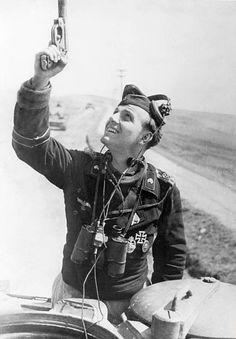 Der Kommandant eines Tiger-Panzers gibt mit der Leuchtpistole ein Signal. ohne weitere Angaben Anfang Mai 1944 - pin by Paolo Marzioli
