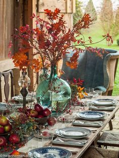 10 Rough Luxe Fall Tablescapes You Can Copy - Cindy Hattersley Design 10 Rough Luxe Herbst-Tischland Thanksgiving Table Settings, Holiday Tables, Thanksgiving Decorations, Seasonal Decor, Rustic Thanksgiving, Christmas Tables, Thanksgiving Tablescapes, Decoration Bedroom, Decoration Table