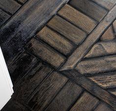 Idee & Parquet, Abito su Misura: Quercia antica di recupero a lisca tradizionale con fascia - Old recovered oak, herring bone pattern with perimeter border #ideeparquet #abitosumisura #parquet #recovered Hardwood Floors, Flooring, Texture, Crafts, Bonito, Parquetry, Wood Floor Tiles, Surface Finish, Wood Flooring