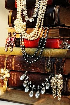 like the idea of using stacked books to hold necklaces escaparates expositores de collares Visual Merchandising, Vintage Accessoires, Vintage Vignettes, Vintage Books, Antique Books, Shabby Chic, Craft Show Displays, Bling, Jewelry Organization