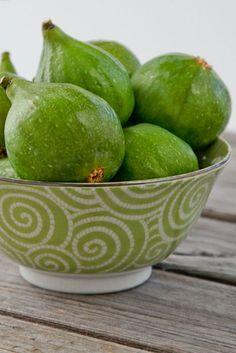 Bowl of Fresh Figs ♥ Raw Muesli of Fresh Fig, Cucumber & Gingered Buckwheat w/ Lime Creme Recipe Fresh Figs, Fresh Fruit, Fruit And Veg, Fruits And Vegetables, Fresco, Green Fig, Green Bowl, Fresh Green, Color Of Life