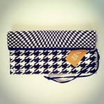 "Instagram photo by studionoblesavage - Clutch ""Pied Poule"" ▪️▫️ Idéias de presentes para a Dia das Mães ❤️ A venda na Galeria de Arte Ana Terra - Vitoria ES • #studionoblesavage"