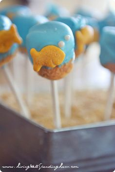 Create these adorable, yummy treats with this goldfish marshmallow pops tutorial! These darling snacks would be a great addition to any under-the-sea party! 2nd Birthday Party Themes, Elmo Party, Diy Party, 3rd Birthday, Birthday Activities, Mermaid Birthday, Birthday Ideas, Party Treats, Party Favors