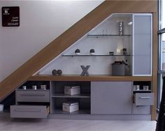Aménagement sous escalier pour profiter d'un espace souvent perdu. #aménagement #escalier