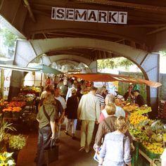 Isemarkt… mit seinen 970 m Länge ist er wohl einer, oder vielleicht auch der längste Wochenmarkt Europas Unter den Hochbahntrassen der U3, zwischen den Haltestellen Hoheluft und Eppendorfer Baum, kann man jeweils Dienstags, oder Freitags von 8- 14 Uhr in die bunte Welt der regionalen Produkte eintauchen.