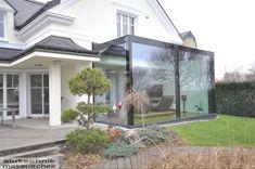Dieser stilvolle Sologlas Wintergarten passt wunderbar zum eleganten Haus und gibt den Blick frei auf den Garten und die Umgebung. Elegant, Modern, Garage Doors, Windows, Outdoor Decor, Design, Home Decor, Winter Garden, Environment