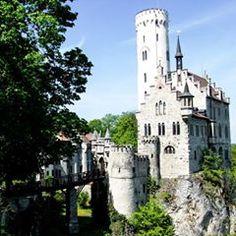 Der Turm von gestern gehört zum Schloss Lichtenstein!  Das Schloss entstand zwischen 1100 und 1150 am heutigen Standort im Baden-Württembergischen Lichtenstein.  Heute könnt ihr das Schloss besichtigen oder sogar in der Marienkapelle heiraten.  In der Nähe befindet sich der Abenteuerpark, der allen schwindelfreien ab 8 Jahren, einen  tolles Kontrast zum Kulturprogramm im Schloss bietet!  Warst du schon mal da?