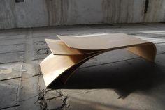 Jean-Damien Badoux, présenté à plusieurs reprises pour ses créations ORA et sa table Bouleau, vient de nous partager sa dernière réalisation, une table basse qui vient agrandir la collection ORA.  Dans la même lignée que les précédents meubles, la table basse est réalisée en multiplis replaqué chêne avec une finition à l'huile naturelle. Elle arbore ces mêmes formes organiques, faisant de cette pièce à la fois un meuble et une sculpture. Un magnifique travail du bois qui associe surfaces...
