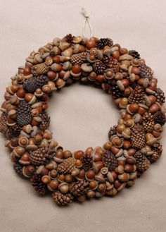 15 Stunning Fall Wreath Ideas - Design Improvised These 15 stunning DIY wreaths use some of fall's finest natural materials - from corn husks, to fall leaves, to pine cones. Acorn Crafts, Pine Cone Crafts, Fall Crafts, Crafts To Make, Acorn Wreath, Diy Wreath, Door Wreaths, Wreath Ideas, Fruit Plus