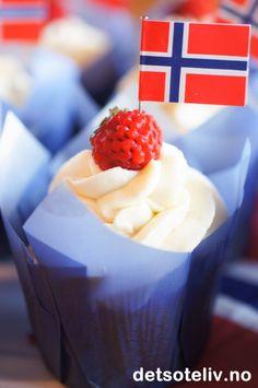 Cupcakes til 17. mai med vanilje, jordbær og hvit sjokoladekrem | Det søte liv Raspberry, Cupcake, Fruit, Food, Cupcakes, Essen, Cupcake Cakes, Meals, Raspberries