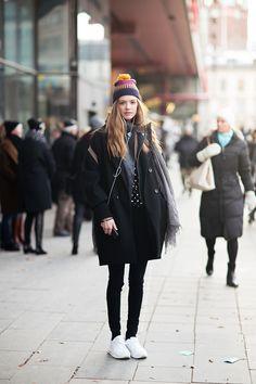oversized coat + beanie + tote bag + skinny jeans + sneakers