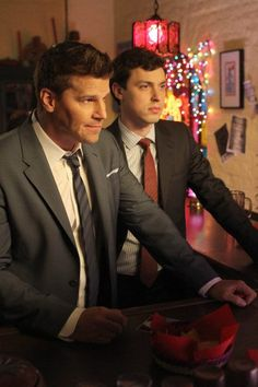 Booth (David Boreanaz) Sweets (John Francis Daley) in the The Family in the Feud episode of BONES. Spy Shows, Best Tv Shows, Best Shows Ever, Favorite Tv Shows, John Francis Daley, Booth And Bones, Booth And Brennan, Bones Tv Series, Bones Tv Show