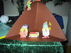 sunday school crafting- I like the triangle play scape. Sunday School Lessons, Sunday School Crafts, Kids Christmas, Xmas, Train Up A Child, Educational Crafts, Bible Activities, Paper Stars, Sewing Dolls