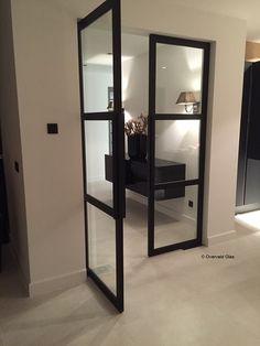 Zwarte stalen deuren met veiligheidsglas. In iedere afmeting en RAL kleur te verkrijgen. | Overveld Glas Breda