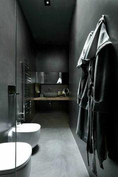 murs noirs, sol en beton cire, espace etroite pour la salle de bain noire