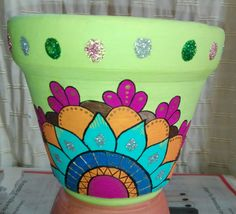 Bella Mosaic Flower Pots, Mosaic Pots, Mosaic Garden, Pebble Mosaic, Painted Clay Pots, Painted Flower Pots, Pottery Painting Designs, Pottery Art, Bottle Painting