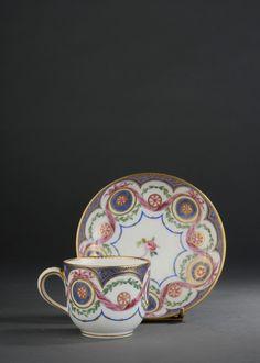 #Sevres# - Gobelet Bouillard et sa soucoupe en porcelaine. Lettre-date X pour 1775 et marque de peintre de Commelin. Vendu 3 250€ le 14 novembre 2014 Cup And Saucer Set, Teapot, Kettle, Tea Time, Tea Cups, China, Patterns, Retro, Wallpaper