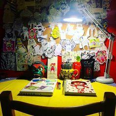 Mi lugar favorito #makeithappen #graphicdesigner #design #monster #homeoffice #light #flex #lamp #sketchbook #colorblind #happy #smile #instamoment #artoftheday #mywall #sketch #color #lamp #marker #pencil #pen #bic #sharpie #rotring #myspot #characterdesign #ecuador #quito #artofinstagram #illustrator #themonstermachine