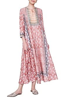 ANITA DONGRE presents Peach embroidered maxi dress available only at Pernia's Pop Up Shop. Indian Fashion Designers, Indian Designer Wear, Indian Dresses, Indian Outfits, Hippy Chic, Boho Chic, Embroidery Suits Design, Desi Wear, Indian Attire