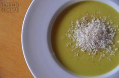 Sencilla crema de calabacín y zanahorias que se hace en Thermomix sin complicaciones. Se puede servir con queso rallado y/o con picatostes