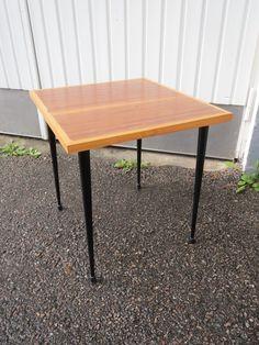 Pieni mahonkipintainen pöytä kauniilla vintage-jaloilla. Käytön jälkiä, yleisilme hyvä. MYYTY.