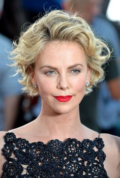 Charlize Theron Short Curls - Charlize Theron styled her short hair with windblown curls for the premiere of 'A Million Ways to Die in the West. Short Wavy Pixie, Short Layered Bob Haircuts, Short Curls, Short Hair Cuts, Thick Curly Hair, Wavy Hair, Curly Hair Styles, Pixie Ondulado, Charlize Theron Short Hair