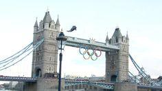 Tras un recorrido de más de 12.000 kilómetros por el Reino Unido, la llama olímpica hizo una espectacular llegada el viernes a la capital británica. Allí pasó la noche en la Torre de Londres antes de iniciar su periplo final rumbo al pebetero del estadio.