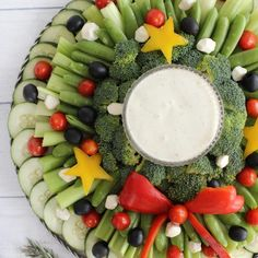 Fun and Festive Veggie Tray Wreath - Pretty Providence - Hannah Gilbert Christmas Veggie Tray, Christmas Party Food, Xmas Food, Christmas Appetizers, Noel Christmas, Christmas Sweets, Crudite, Antipasto, Veggie Platters