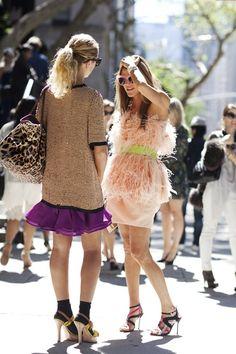 Mais lindo que o vestido de Anna Dello Russo é a produção da amiga que conversa com ela. Amei o vestido, o toque da bolsa de oncinha combinando com o tom do mesmo, a meia (que combina com a faixa que o divide e que aparece nas mangas e no decote), a sandália… Talvez se …
