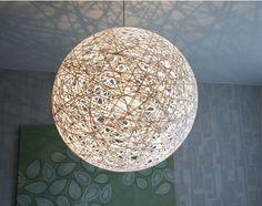 Gör en egen Random light-lampa. Du behöver papperssnöre, tapetklister, pilatesboll, plastfolie.