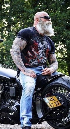 99 Casual Beard Styles Ideas For Men To Try Now Our society has lost something meaningful concerning Men's Beard Styles. The rich depth and history of facial hair has been … Bald Men With Beards, Bald With Beard, Grey Beards, Long Beards, Big Beard, Bearded Tattooed Men, Bearded Men, Beard Styles For Men, Hair And Beard Styles