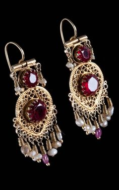 Uzbekistan - Bukhara | Pair of earrings; gold filigree, ruby and pearls.  ca. 1900 | 1'800€