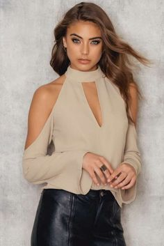 The Cold Shoulder Choker Blouse by NA-KD Trend features a built-in choker neckline with a keyhole opening at front, cold shoulders, long wide sleeves and a smaller keyhole opening at back. Modest Fashion, Fashion Dresses, Fashion Clothes, Model Foto, Elegant Outfit, Mode Style, Street Style Women, Blouse Designs, Autumn Fashion
