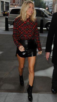 Look Ellie Goulding com camisa xadrez e saia de couro.