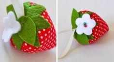Down Grapevine Lane: Tutorial: Strawberry Pincushion Felt Crafts, Diy And Crafts, Crafts For Kids, Crafty Projects, Sewing Projects, Sewing Tutorials, Sewing Crafts, Craft Accessories, Felt Patterns