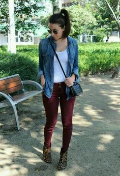 In my outfit: ankle boots of the brand Arezzo, black bags of Zara, dark red Zara's pants, and shirts of Zara