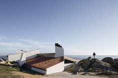 Álvaro Siza renovated the building that marked the begining of his career: the Boa Nova Casa da Cha restaurant clinging to the rocks in Leça da Palmeira, Portugal. Portugal, Nova, Building Exterior, House Roof, Sun Lounger, Places To Visit, Outdoor Decor, Pictures, Batcave