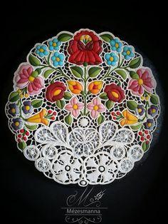 ハンガリーから驚くべき職人技を持った人物をご紹介しましょう。どうみても刺繍にしか見えないこちらを作ったのは、ハンガリーのケーキショップ「Mézesmanna」のシェフであるJudit Czinkné Poórさん。まるで刺繍のように繊細で美しい作品が、実はアイシングで作られたクッキーなんです。