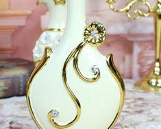 Luxusná porcelánová váza s kvietkom a kryštálikmi v bielo-zlatej farbe Brooch, Jewelry, Fashion, Colors, Moda, Jewlery, Jewerly, Fashion Styles, Brooches