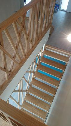Création, fabrication et pose d'un escalier double (petite et grande volée) en chêne huilé. Garde-corps d'escalier et de trémie en chêne huilé. Assemblage mi-bois. Travail en atelier et…