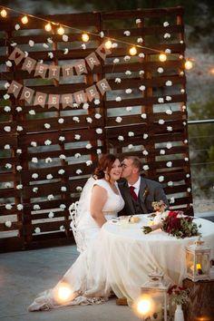 Ideas wedding reception backdrop pallet for 2019 Pallet Backdrop, Diy Backdrop, Wall Backdrops, Wedding Reception Backdrop, Ceremony Backdrop, Wedding Table, Wedding Ideas, Wedding Backdrops, Pallet Wedding
