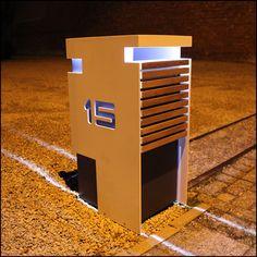 Design brievenbus in Bauhaus stijl; Gelakte aluminium eventueel met houtdetails. In twee kleurtinten. Zeer passend bij strakke moderne design woningen.