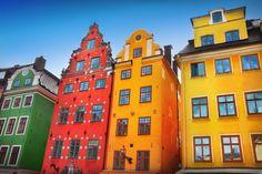 Le case colorate di Gamla Stan, la Città Vecchia di Stoccolma. Camminare nel quartiere è come viaggiare un po' nel mondo delle fiabe