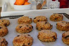 Protein- og fiberrike julekake-scones (Bakekona)