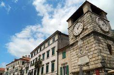 Veja 10 cidades medievais que você não pode perder A minúscula Kotor é uma joia incrivelmente preservada na baía de Boka Kotorska, quase na divisa entre Montenegro e a Croácia. Montenegro, San Francisco Ferry, Big Ben, Building, Travel, Medieval Town, Arquitetura, Cities, Traveling