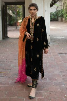 Pakistani Fashion Party Wear, Indian Fashion Dresses, Dress Indian Style, Indian Outfits, Velvet Pakistani Dress, Pakistani Dress Design, Beautiful Pakistani Dresses, Pakistani Dresses Casual, Designer Party Wear Dresses