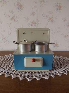 Oud oventje met pannetjes. www.brocantespulletjes.nl