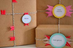 Envolver regalos con papel craft, cordel y banderines de wasitape